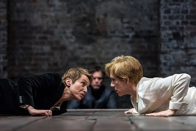 Lia Williams as Elizabeth I and Juliet Stevenson as Mary Stuart, credit Manuel Harlan