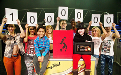 1 Millionth ticket holder Channelle Koroglu with the cast of Thriller Live